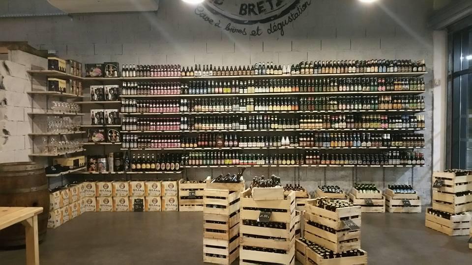 étagères avec bouteilles de bière et éclairage au plafond