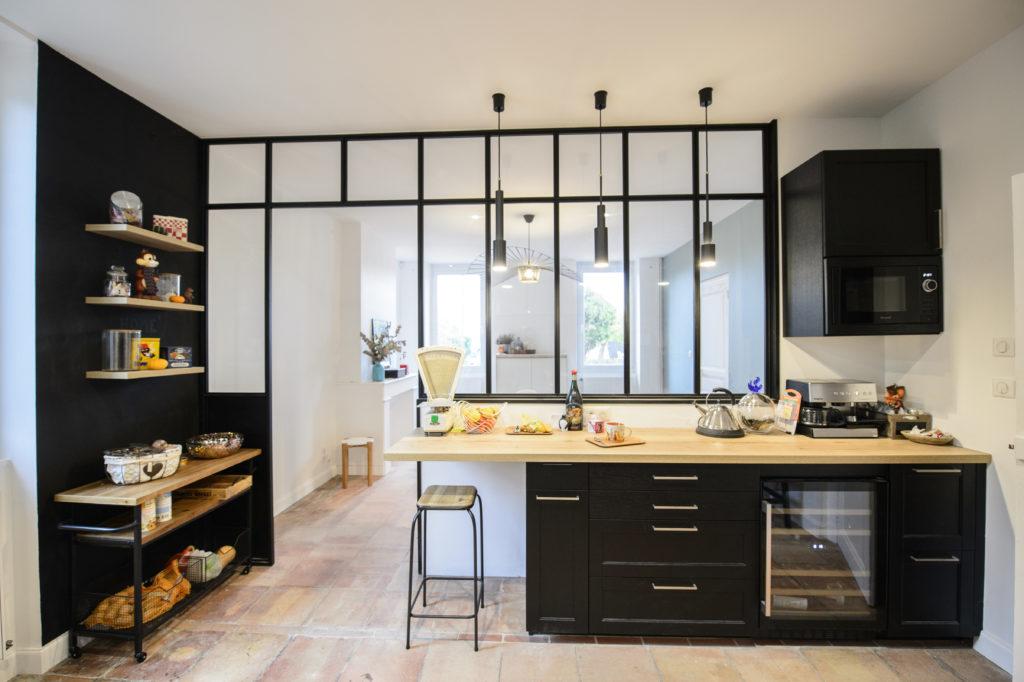 cuisine moderne noir mat avec luminaires suspendus