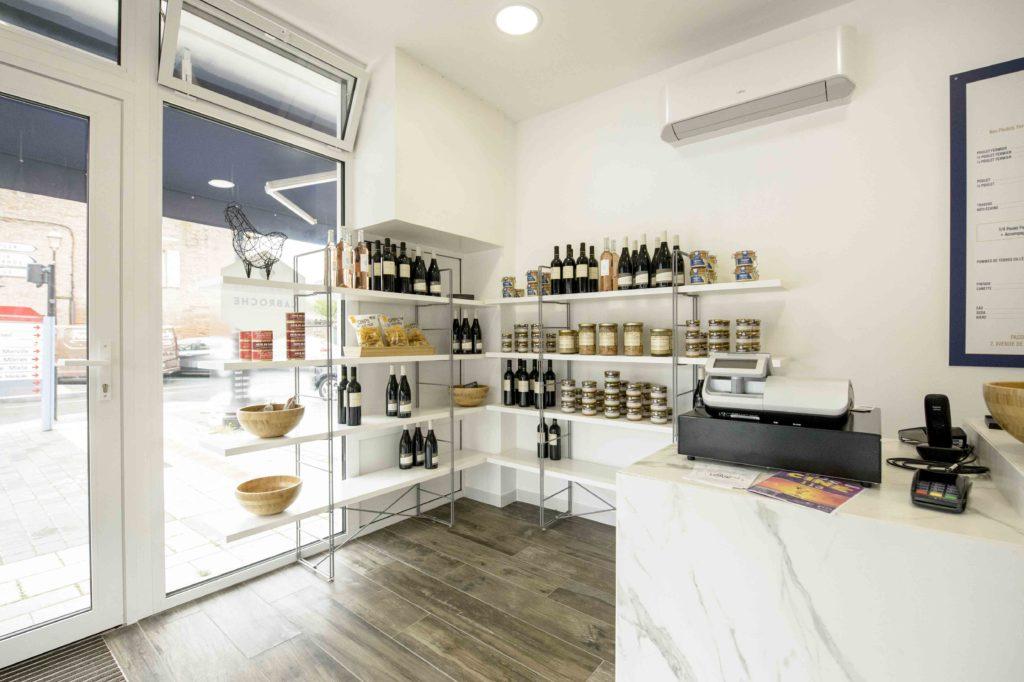 boutique avec étalage de produits moderne