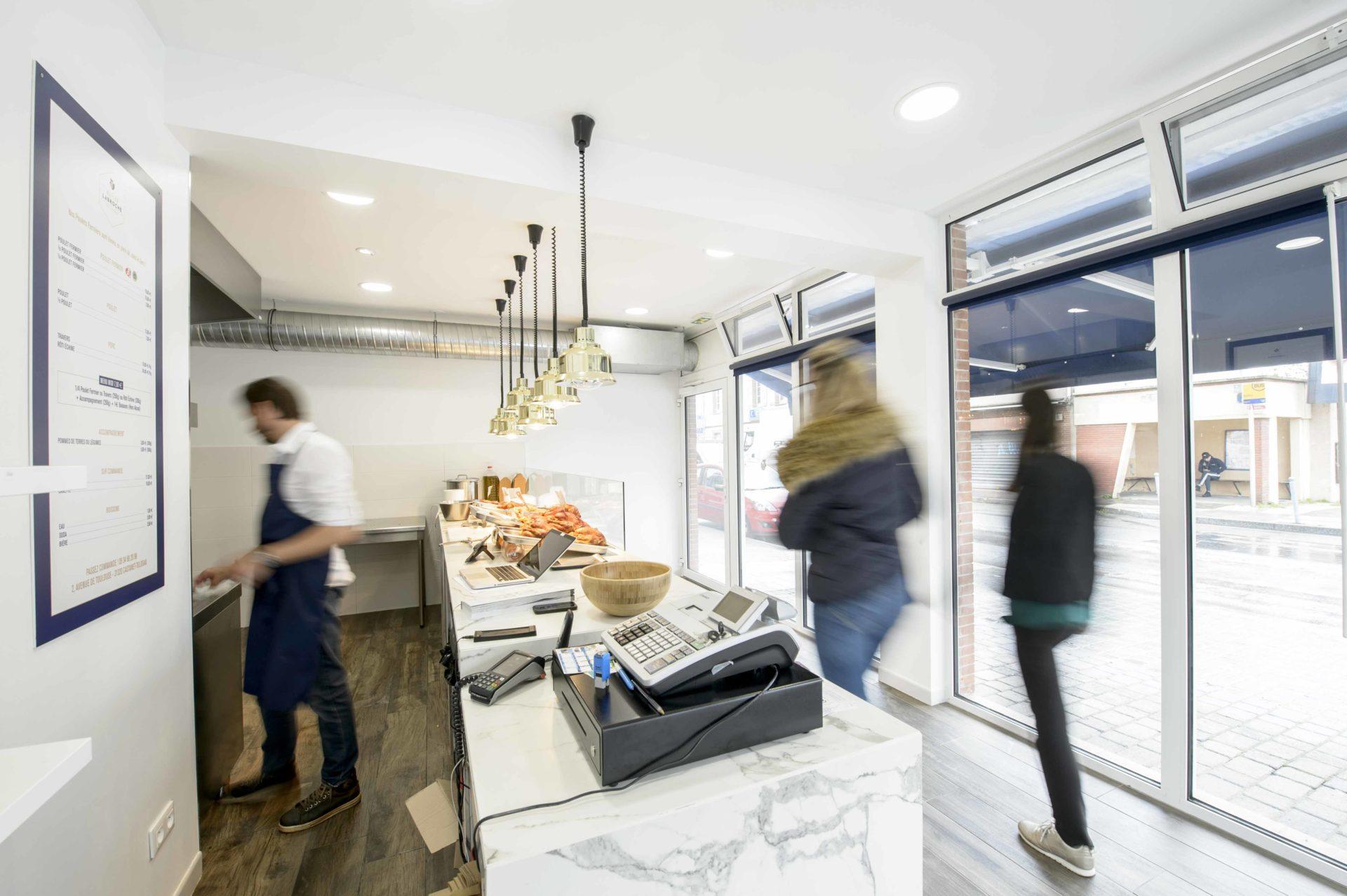 boutique avec éclairage spot et plafonnier design