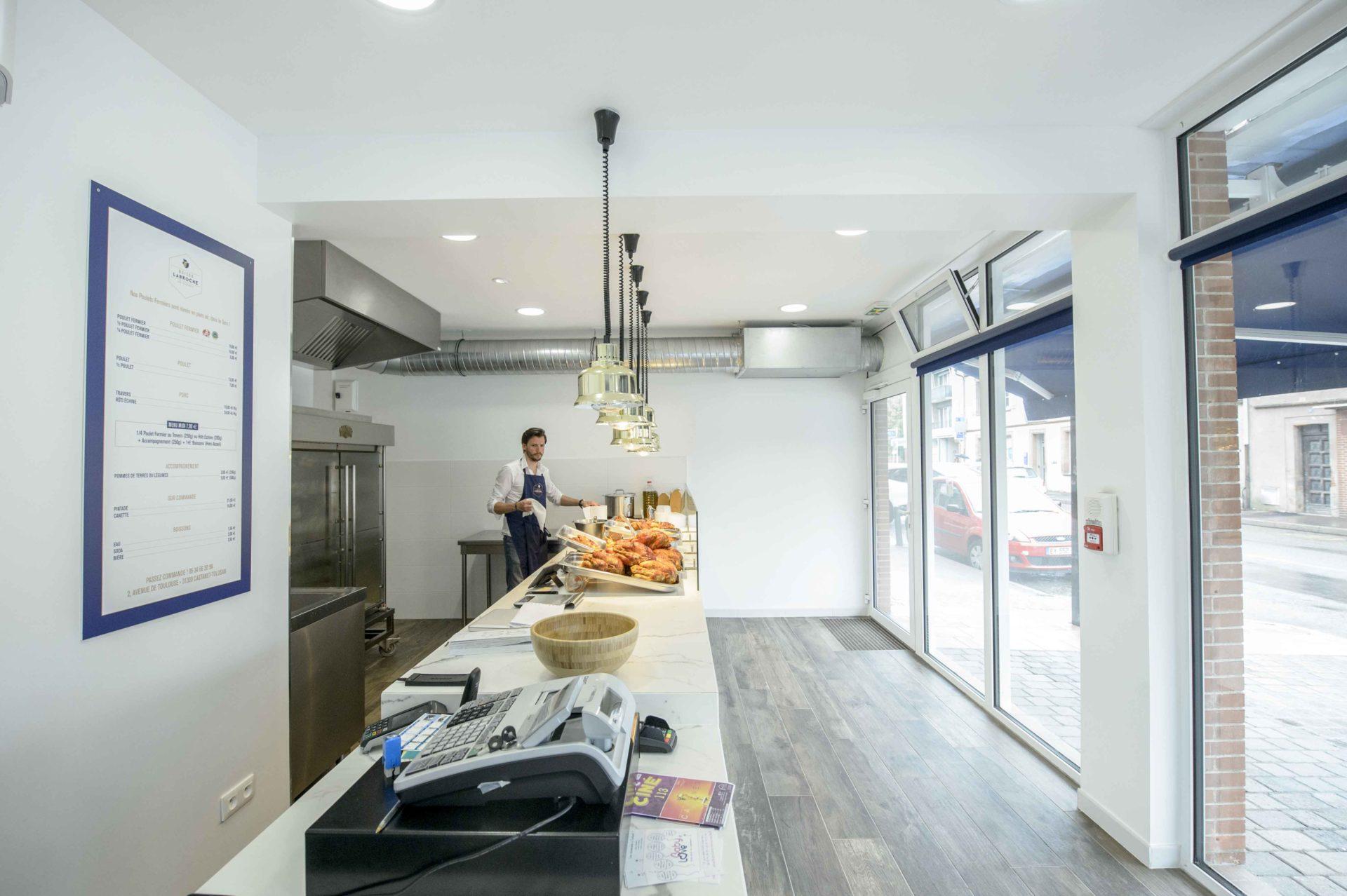 commerce design avec éclairage au plafond
