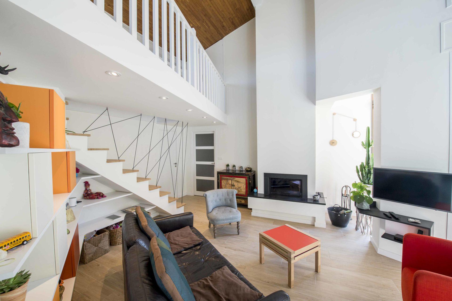 grand salon moderne avec éclairage spot