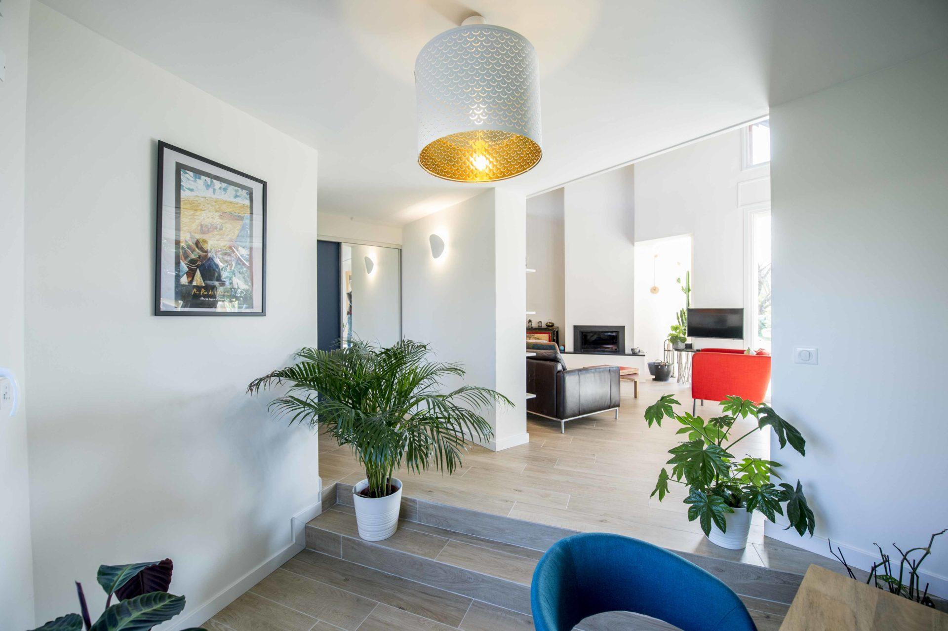 entrée maison avec éclairage moderne