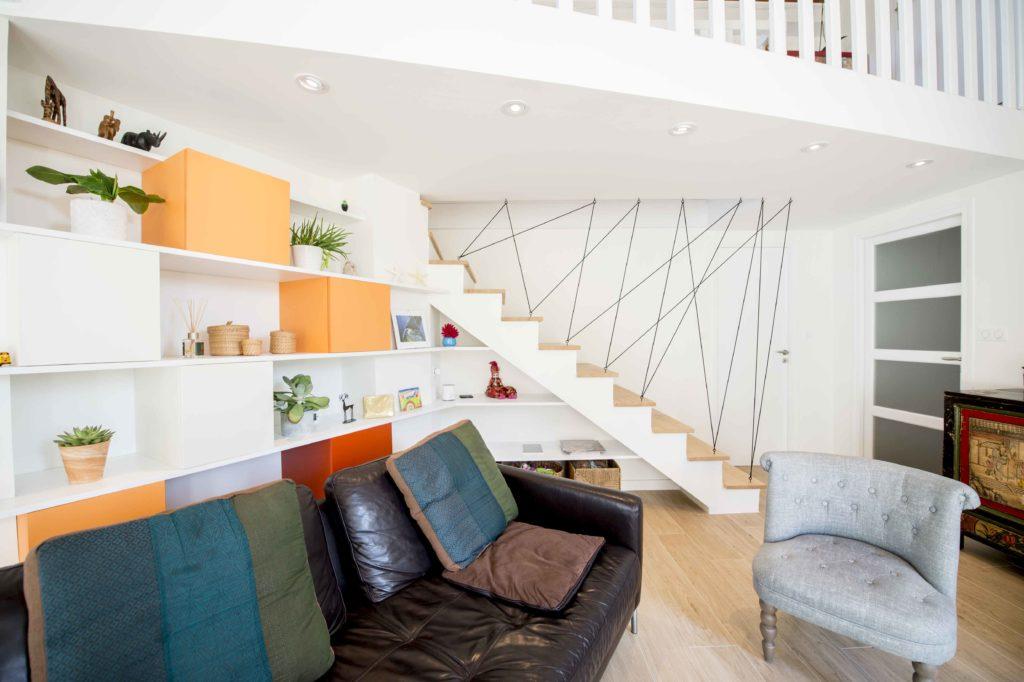 salon avec éclairage spot au plafond