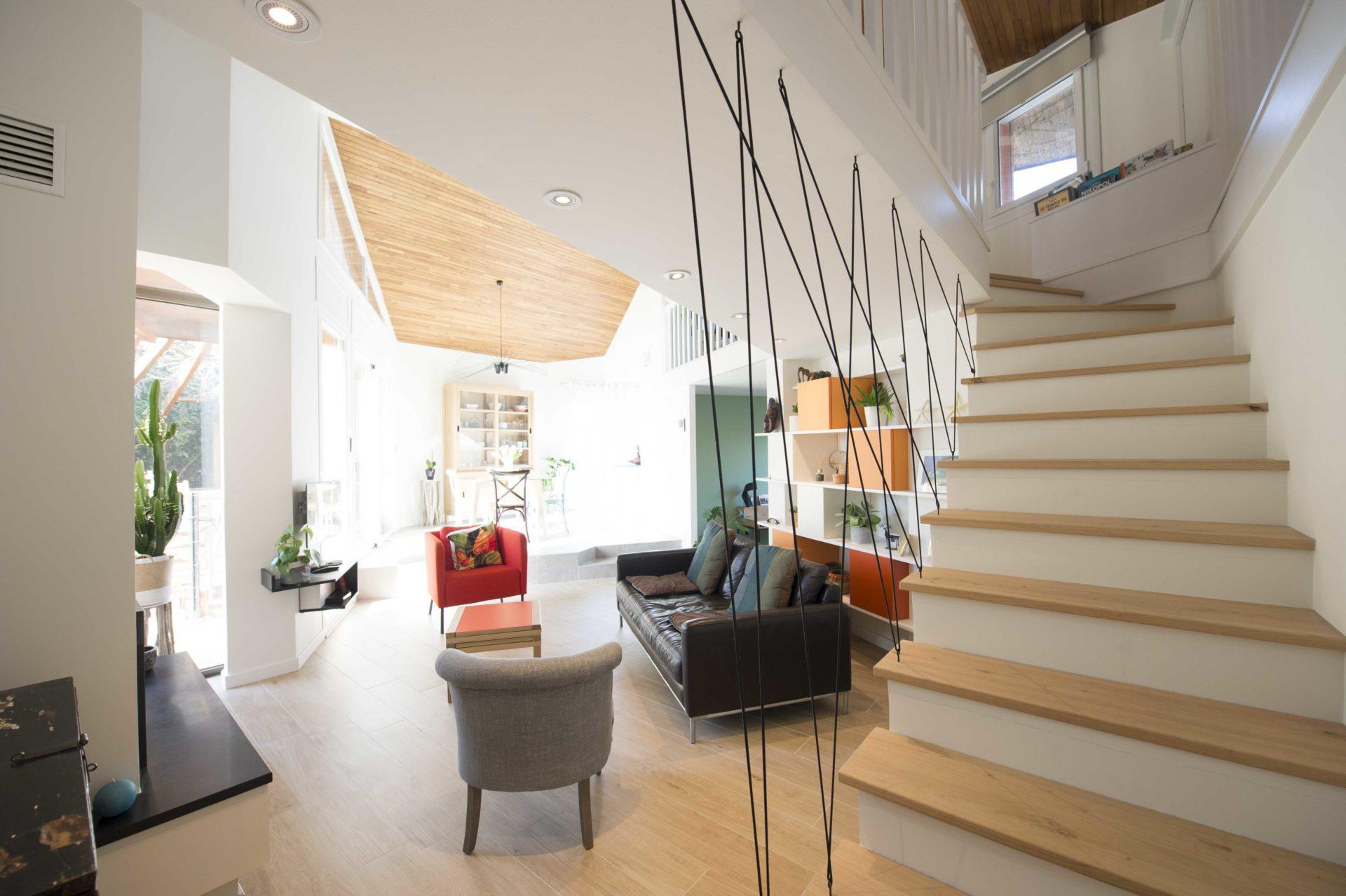 salon avec spot au plafond