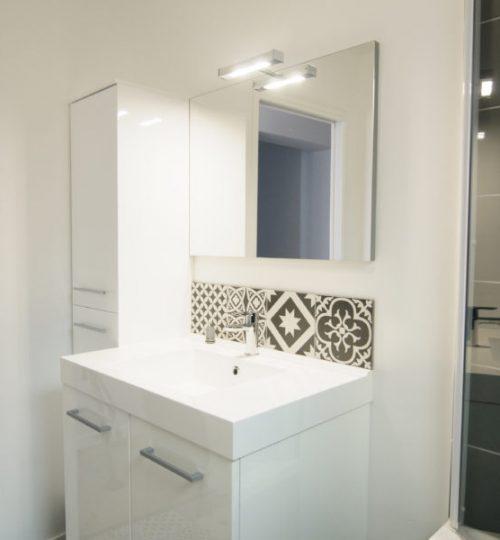salle de bain moderne avec éclairage mural