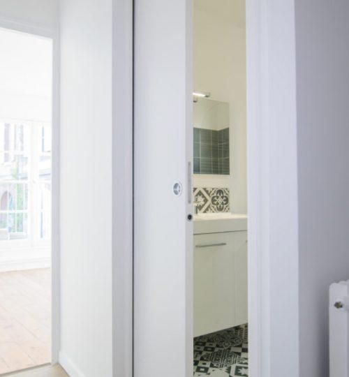 salle de bain moderne avec éclairage
