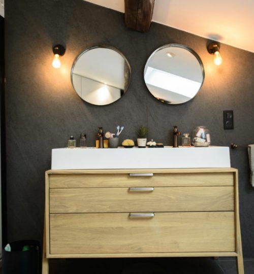 salle de bain avec éclairage au mur