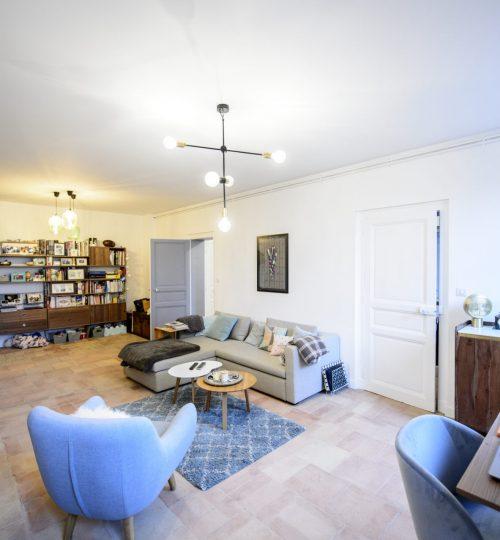 salon moderne avec luminaire design