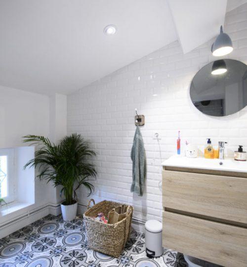 salle de bain avec éclairage au plafond