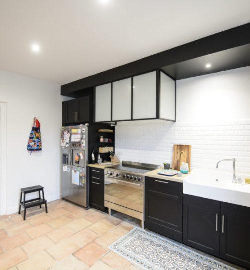 cuisine noire avec spot au plafond