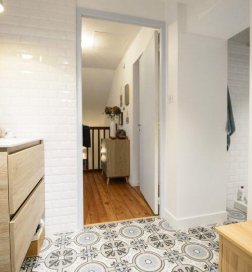 salle bain avec éclairage moderne