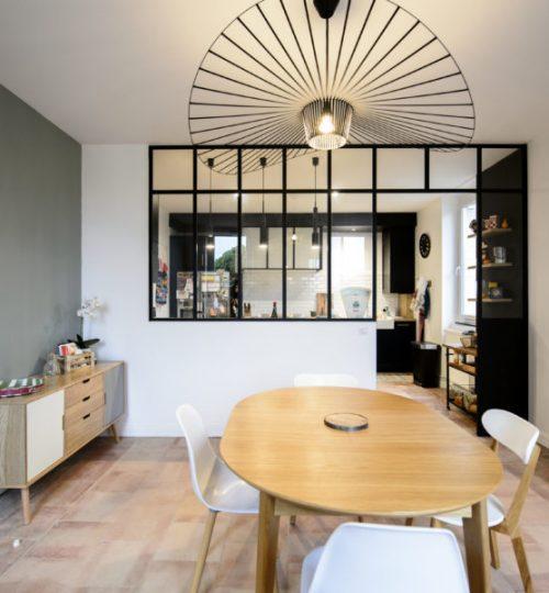 salle à manger avec lumière et suspension moderne