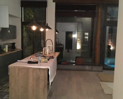 cuisine avec îlot central et luminaire suspendu