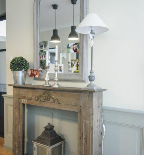 manteau de cheminée avec lampe rustique