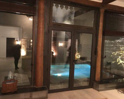 jardin avec piscine éclairée