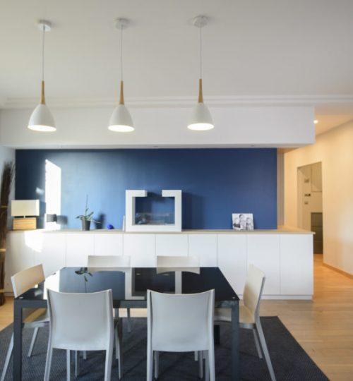 salle à manger avec éclairage moderne