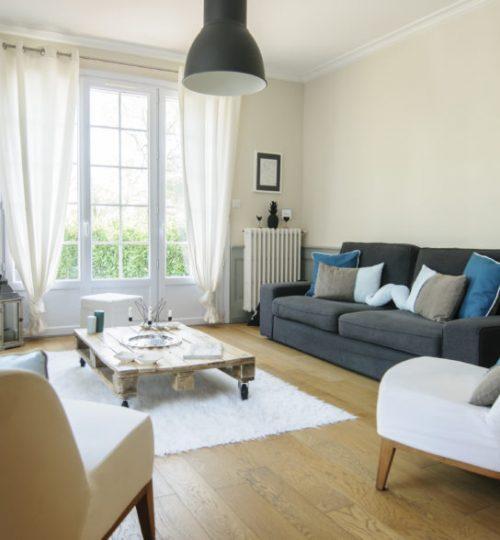 salon moderne avec chauffage rénové