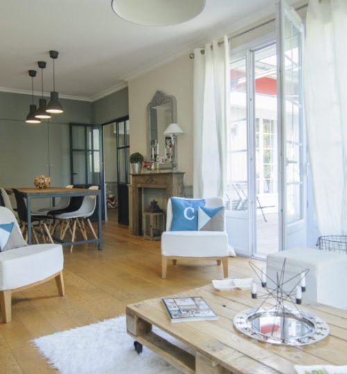 salon moderne avec applique lumière industrielle