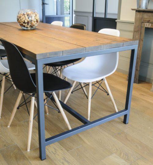 table rustique avec applique au plafond