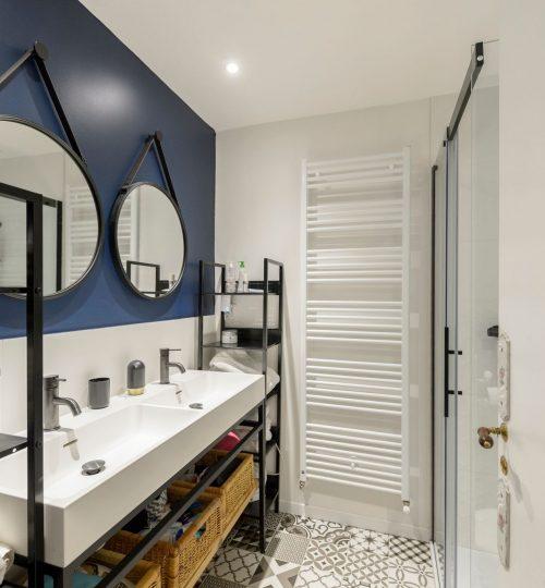 salle de bain moderne avec éclairage spot