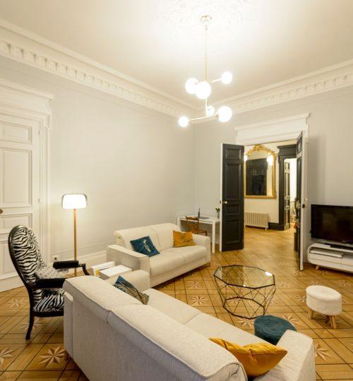 salon lumineux avec plafonnier moderne