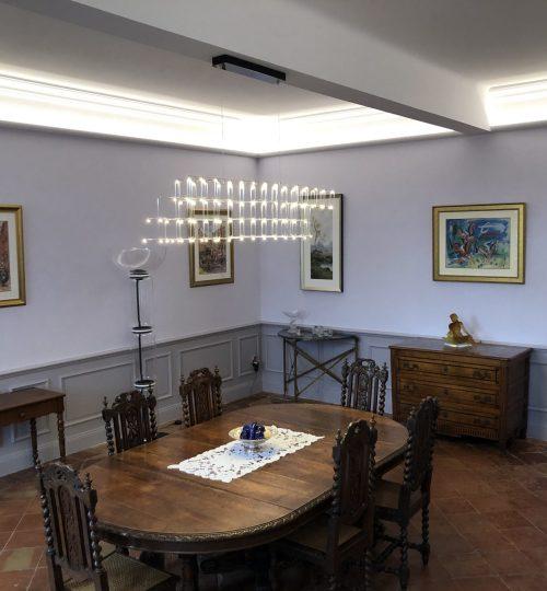 salle a manger avec plafond lumineux