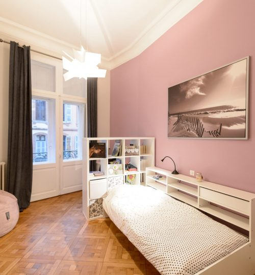 chambre d'enfants rose avec lumière design